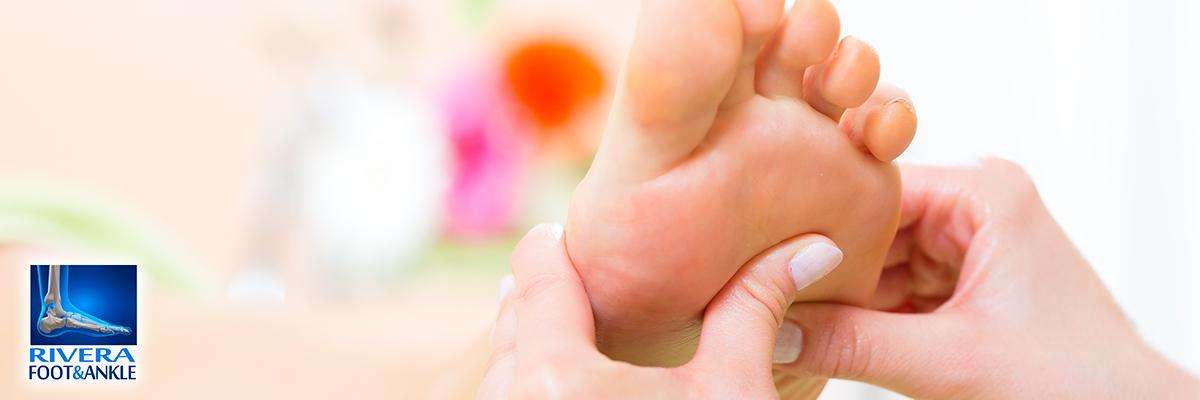 Que curar la uña en el pie que se ha alejado a la piel en el pie